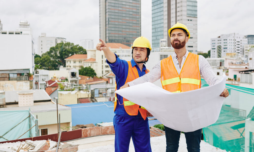 budowniczy na budowie