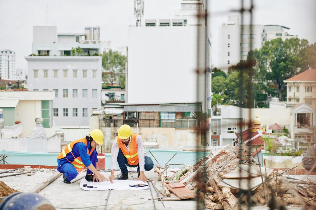 pracujący budowniczy