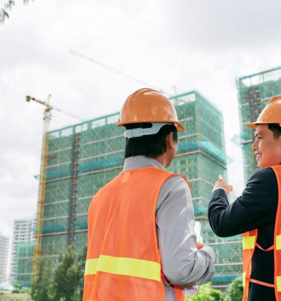 robotnicy na tle wieżowców