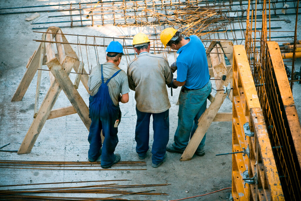 pracownicy podczas pracy