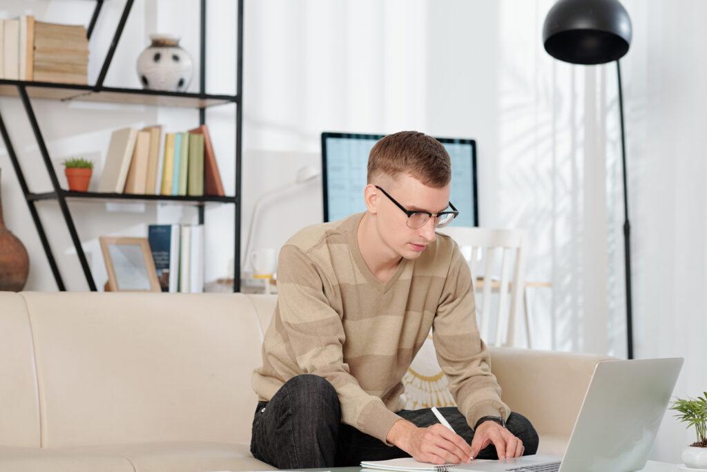 chłopak na szkoleniu online